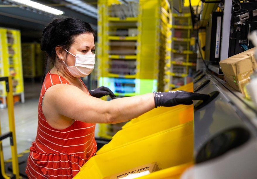Amazon1000 PR 2020 Associate wearing PPE 1