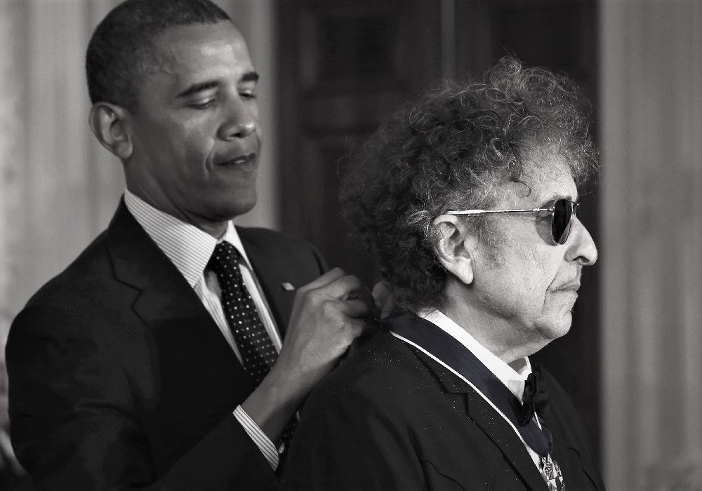 U.S. President Barack Obama awards a 2012 Presidential Medal of Freedom to musician Bob Dylan during a ceremony in the East Room of the White House in Washington, May 29, 2012.  REUTERS/Jason Reed (UNITED STATES  - Tags: POLITICS SOCIETY ENTERTAINMENT PROFILE)