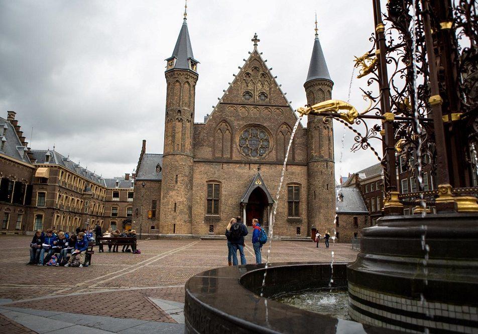 De Ridderzaal en de fontein op het Binnenhof op een grijze dag.